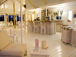 Le bar de l'hôtel Opoa Beach en Polynésie