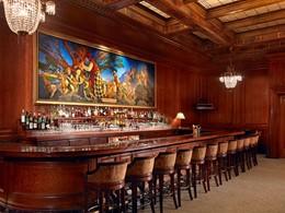 Sirotez une délicieuse boisson au Pied Piper Bar du Palace Hotel