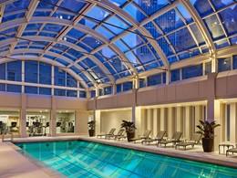Profitez de la sublime piscine du Palace Hotel dans une atmosphère apaisante