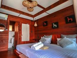 L'une des chambres de l'hôtel parée de bois