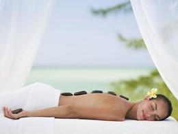 Massage aux pierres chaudes à l'hôtel Parrot Cay