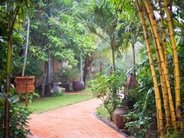Profitez d'une balade dans le jardin verdoyant du Pilgrimage Village