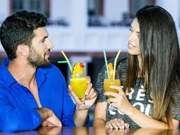 Sirotez des délicieux cocktails au bar