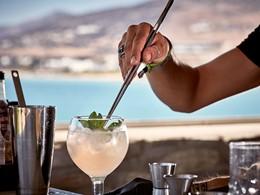 Sirotez un délicieux cocktail au bar