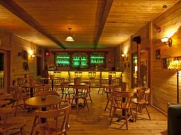 Le bar de la Pourvoirie du Cap au Leste au Canada