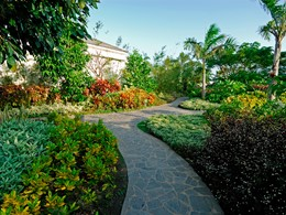 Le magnifique jardin verdoyant de l'hôtel Princess d'Annam