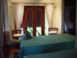 Tables de massage à l'intérieur du spa