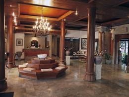 Le lobby de l'hôtel et ses boiseries