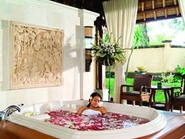 Bain de fleurs au spa du Puri Bagus Lovina