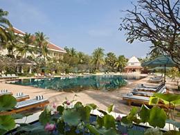 La piscine de l'hôtel de luxe Raffles Grand Hotel d'Angkor à Siem Reap