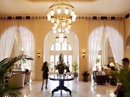 Le lobby du Raffles Hotel Le Royal au Cambodge
