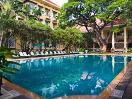 La superbe piscine du Raffles Hotel à Phnom Penh