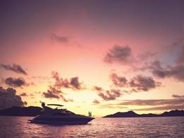 Contemplez un magnifique coucher de soleil depuis le bateau du Raffles Praslin