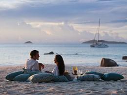Bordé par la plage d'Anse Takamaka, le Raffles Praslin offre une vue magnifique sur la mer