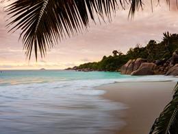 Profitez de la plage du Raffles Praslin aux Seychelles