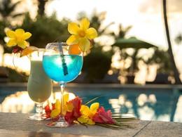Sirotez un délicieux cocktail au Raiatea Lodge Hotel