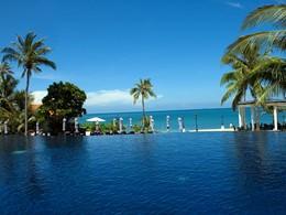 Autre vue de la piscine de l'hôtel Rawi Warin Resort & Spa
