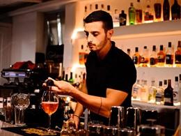 Sirotez des délicieuses boissons au bar