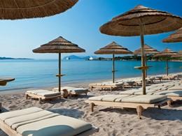 La plage de l'hôtel Romazzino en Sardaigne