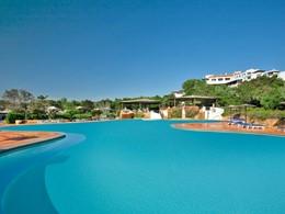La piscine de l'hôtel Romazzino en Italie