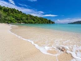 Profitez de la plage et de la baie bordant l'hôtel