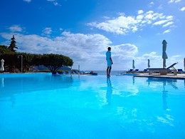 La piscine de l'hôtel St. Nicolas Bay en Grèce