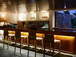 Astra Bar de l'hôtel St. Nicolas Bay en Grèce