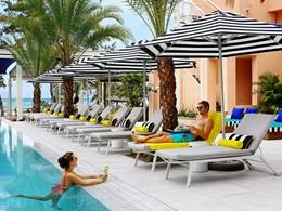 Rafraîchissez vous au bord de la piscine du SALT of Palmar