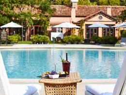 Sirotez un cocktail au bord de la piscine