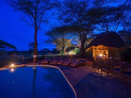 Vue de la piscine de nuit