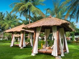 Sirotez une délicieuse boisson dans le jardin du Sandals Halcyon Beach