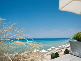 Le Sani Beach vous offre des vues époustouflantes sur la mer Egée