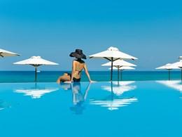 Détente au bord de la piscine de l'hôtel Sani Beach
