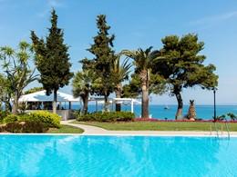 La superbe piscine de l'hôtel Sani Club à Halkidiki