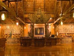 Le lobby de l'hôtel Santhiya Resort situé en Thailande
