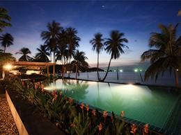 La piscine illuminée à la tombée de la nuit