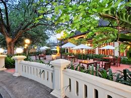 Le Café de l'hôtel Settha Palace situé au Laos