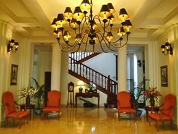 Le lobby de l'hôtel Settha Palace au Laos