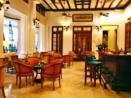 Le bar Belle Epoque de l'hôtel Settha Palace au Laos