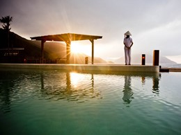 Contemplez un magnifique coucher de soleil depuis la piscine