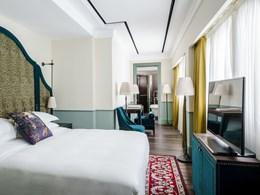 La merchant Deluxe Room, chambre contemporaine possédant sa salle de bain au style européen