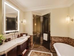 Une salle de bain luxueuse au style unique et authentique