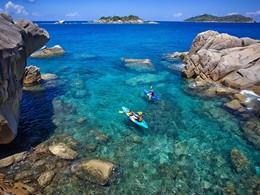 Kayak dans les eaux azurées