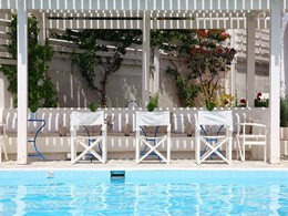 Détente au bord de la piscine