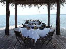 Restaurant au bord de la piscine de l'hôtel Song Saa Private Island