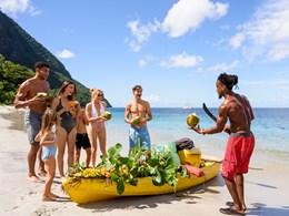 Sitorez de l'eau de coco sur la plage