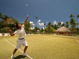 Le court de tennis de l'hôtel Tahaa situé en Polynésie