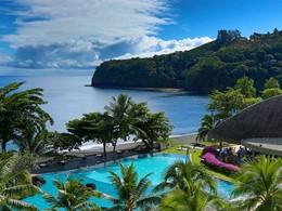 La piscine de l'hôtel Tahiti Pearl Beach Resort avec vue sur la plage Lafayette en Polynésie