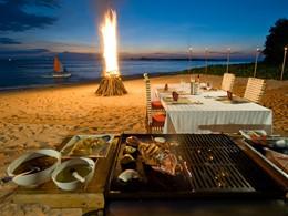 Barbecue sur la plage à la nuit tombée