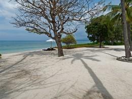 La plage ombragée de l'Anandita